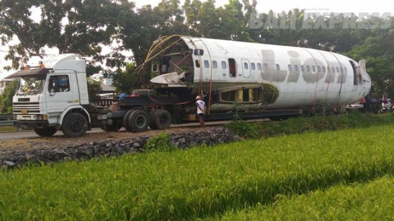 Abandoned airplanes in Bali: A former Lion Air Boeing 737 on its way to Keramas