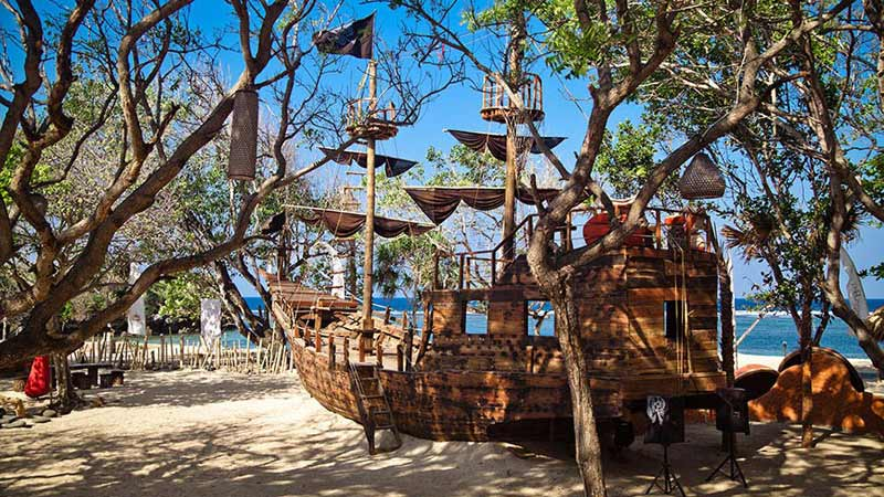 Bali with kids: Pirates Bay restaurant is located on the beach in Nusa Dua