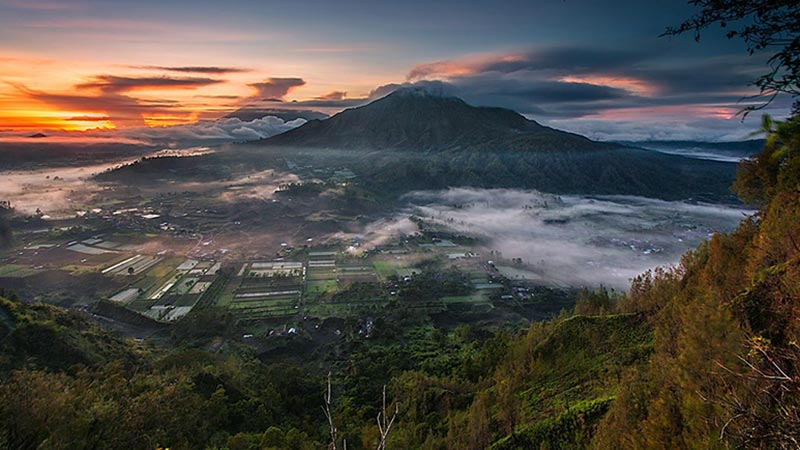 Camping in Bali: Sunrise seen from Pinggan village