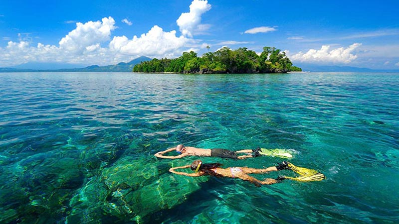 National parks in Indonesia: Snorkeling at Siladen island