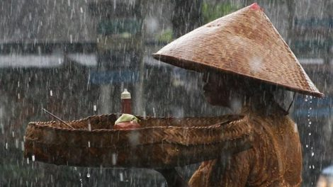 Things to do in Bali when it rains: Local woman with offerings